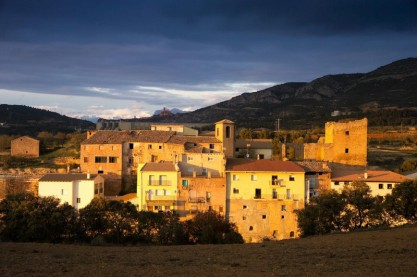 Vista panorámica del nucleo medieval, con el Palacio (izda.) y Castillo (dcha.), de fondo Torreciudad y la Peña Montañesa